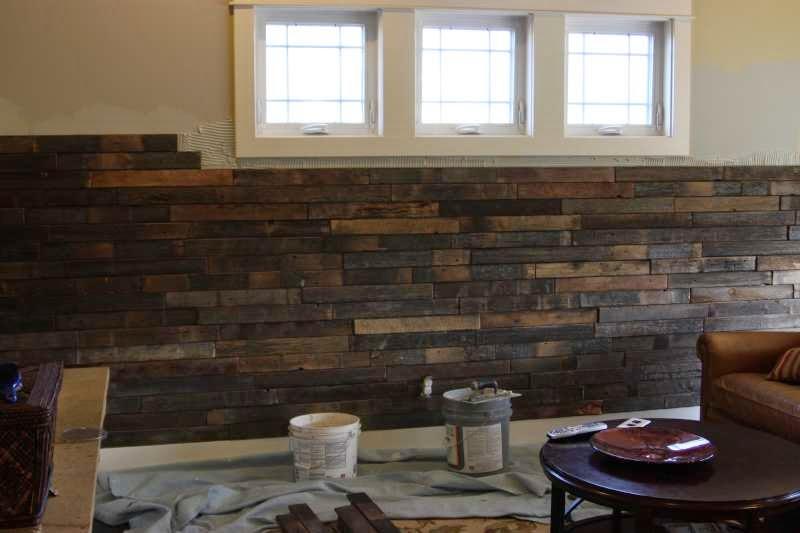 Instrucciones para revestir la pared de un sal n con tablas de palets - Revestir pared con madera ...