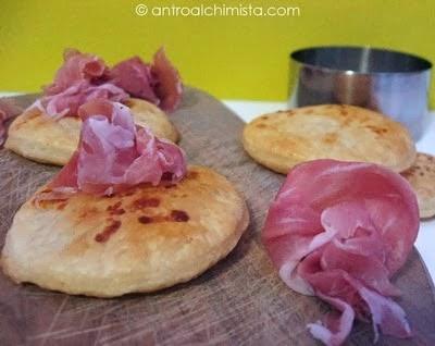 Crakers di Sfoglia al Parmigiano con Roselline di Prosciutto di Parma