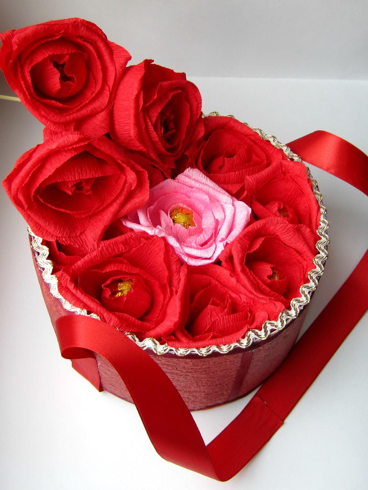Подарки  из конфет и живых цветов 168
