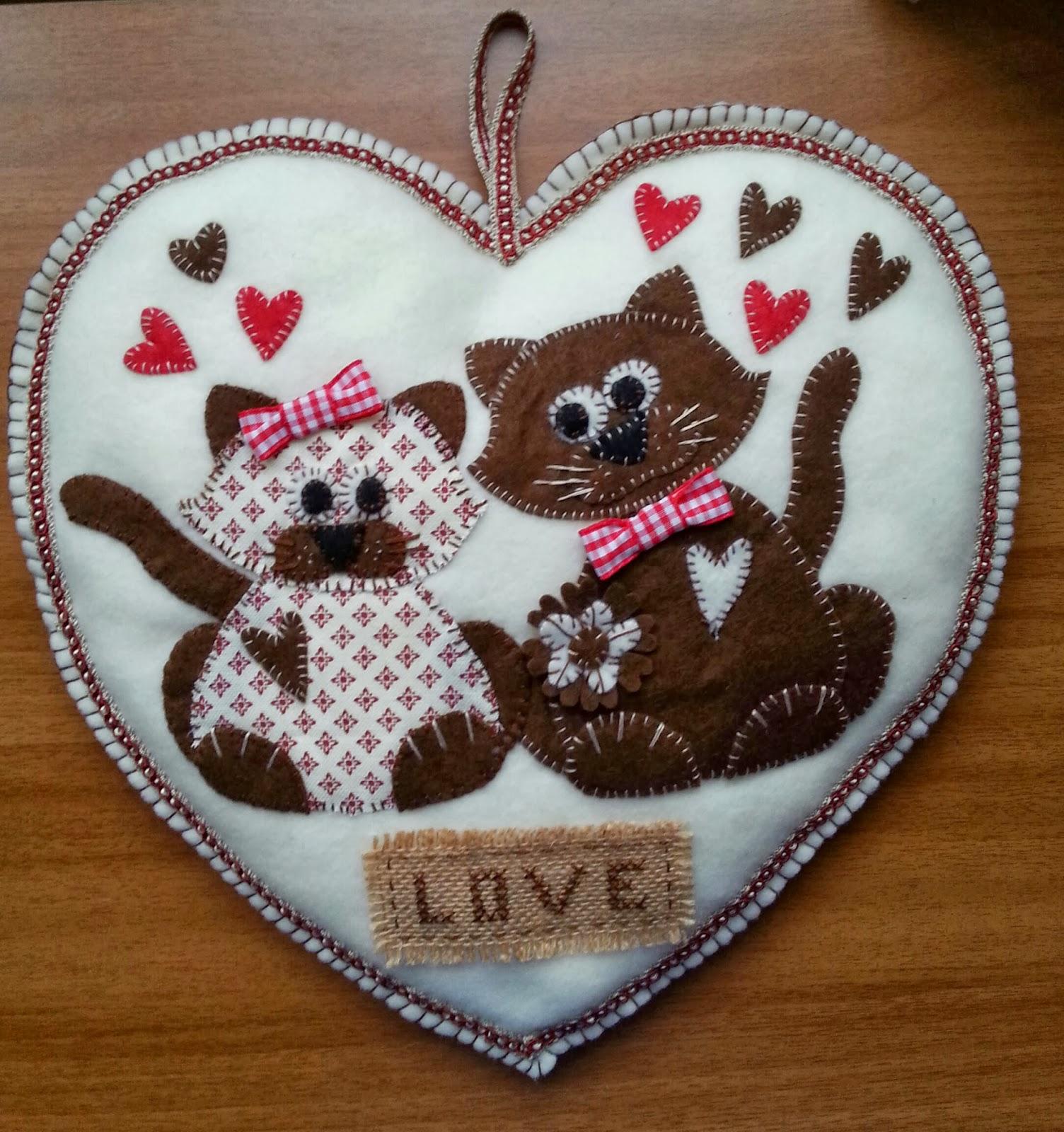 Artigianando con katia certo cuore con gatti innamorati for Gatti in pannolenci