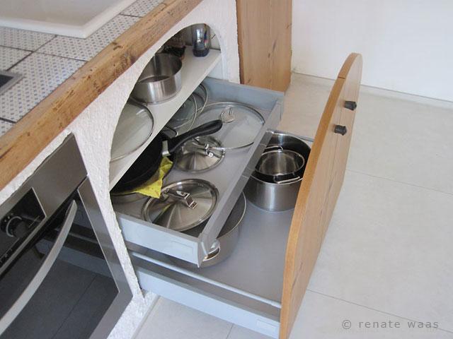 Auszüge erleichtern die Arbeit in der Küche. Man kann sie auch nachträglich einbauen, wie bei der Renovierung dieser Landhausküche