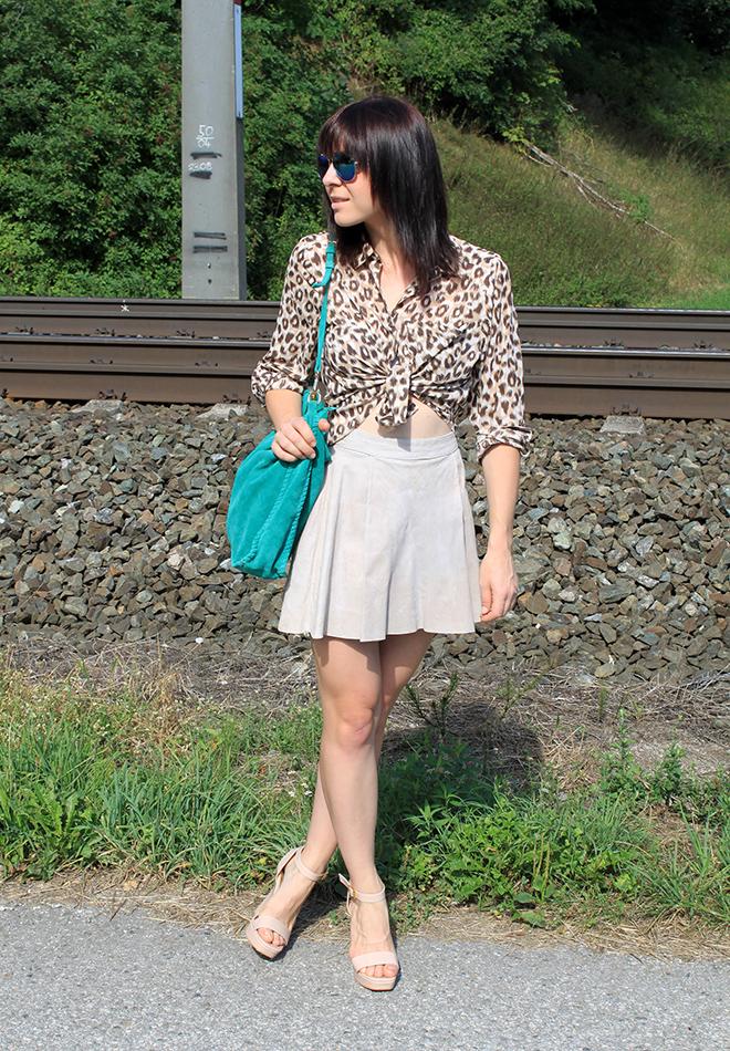 outfit_Trend_veloursleder_rock_H&Mtrend_cropped_bauchfrei_leopard_zara_tuerkis