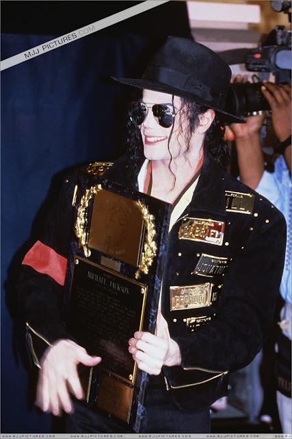 Foto di Michael e i bambini - Pagina 21 Michael_jackson_awards_guinness_may_1993+(37)