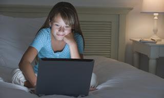 El maltrato infantil, conocido como 'bullying', se extiende en todas las plataformas en donde los niños se desarrollan, como en las redes sociales, mensajes de celular o correos electrónicos. Este tipo de agravio es diferente respecto al que sucede en la escuela, ya que los niños se encuentran constantemente expuestos a la mofa por parte del abusador, dice la firma de seguridad digital McAfee. El bullying «tiene la posibilidad de ser omnipresente, es público porque está a la vista de cualquiera que encienda su computadora, es constante e incluso puede ser 'viral' a través de redes sociales como Facebook y