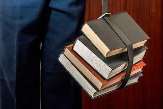libri uno sopra all'altro