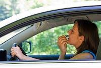 Mujer conduciendo y maquillandose