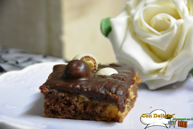 עוגה עסיסית וקרם שוקולד Chocolate cream on top of a moist cake