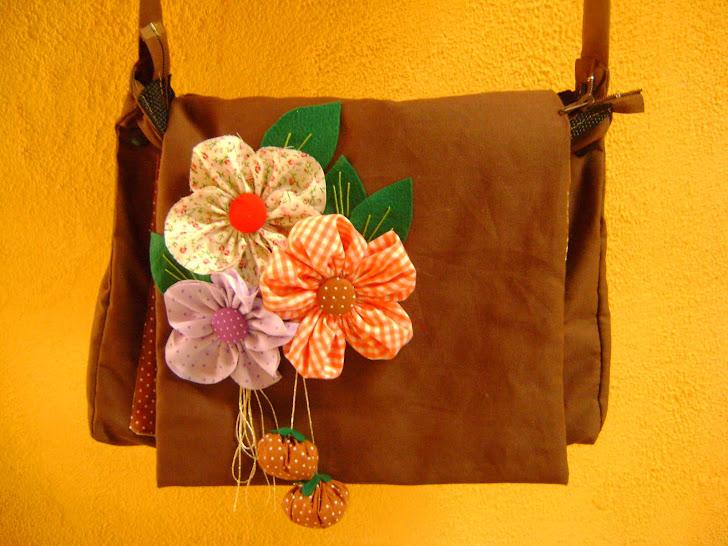 Bolsa carteiro com arranjo floral