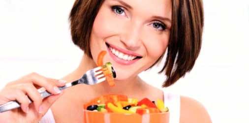 chica comiendo sano para acelerar el metabolismo