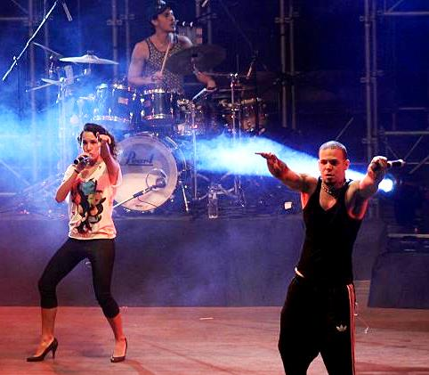 Foto de Calle 13 cantando en concierto