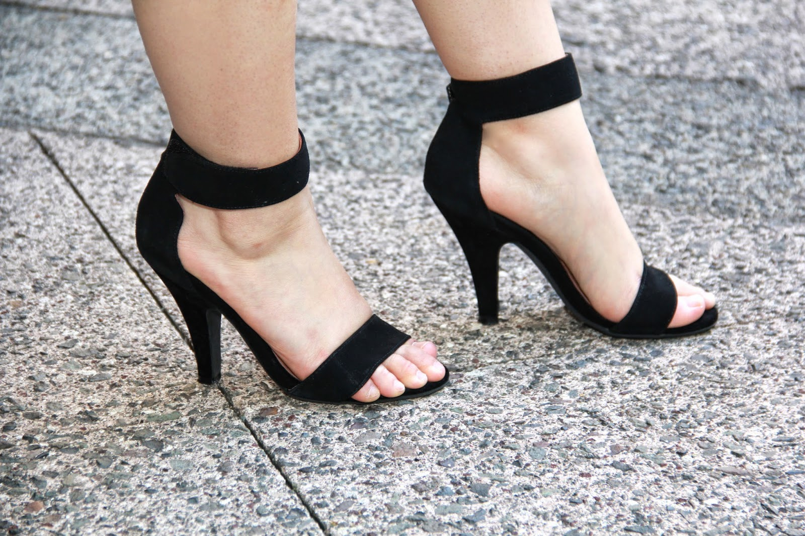 Black Minimalist Heels @ Elizabeth Marie and Me