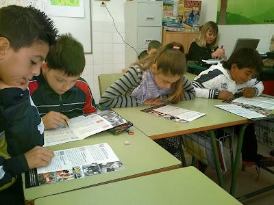Los alumnos trabajan con el folleto, unos leyendo y otros subrayando
