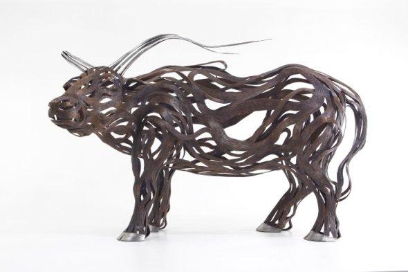 Kang Sung Hoon  esculturas de animais ao vento com tiras de metal Boi