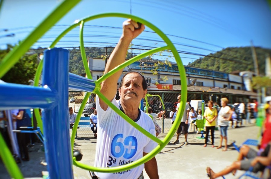 José Carlos Teixeira da Silva se exercita em praça pública
