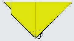 Bước 5: Gấp chéo hai mép góc giấy vào giữa bên trong hai khe giấy.