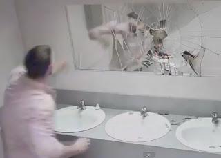 cuerpo que se estrella contra el espejo