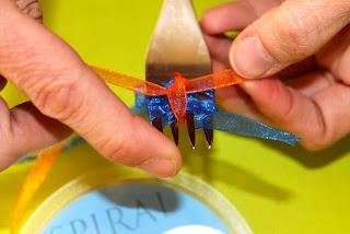 Делаем красивый мини-бантик с помощью обычной вилки