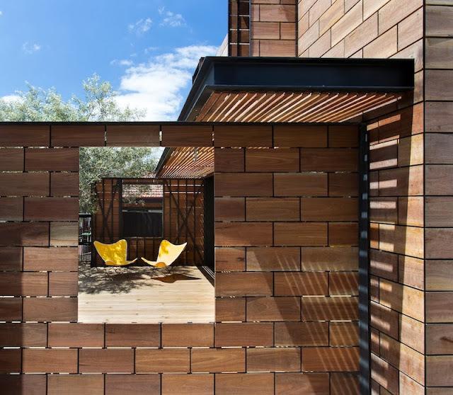 azulejos de madera en la fachada de esta casa australiana