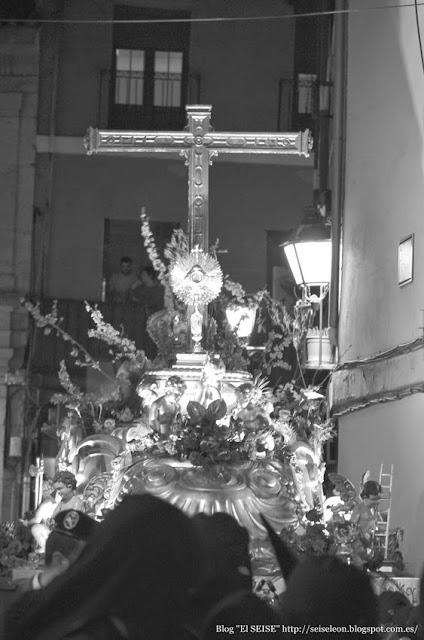 Paso de la Santa Cruz con la reliquia del Lignum Crucis. Cofradía de la Vera Cruz. Miércoles Santo León 2015. Foto G. Márquez