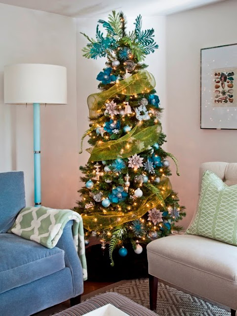 Toujours Magazine's Christmas tree with a Nbaynadamas pillow and throw