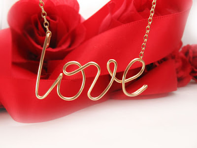 "Necklace in gold-filled wire ""love"""