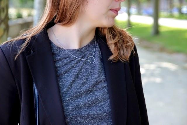 blazer noir tee shirt gris collier agatha