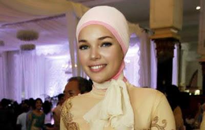 Foto Dewi Sandra Berhijab