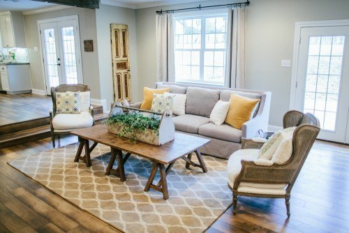 Joanna Gaines Home Design 3 add in some blue grays Designer Joanna Gaines Enjoys Adding Chipped And Shabby Pieces To Add Color To A Neural Backdrop This Makes The Home Feel Warm And Charming