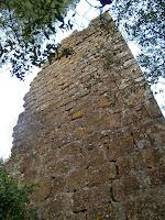 Vista de la façana de llevant de la torre de la primera línia de defensa
