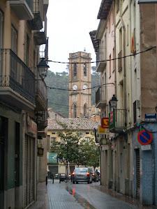 El campanar de l'església de Santa Maria vist des del carrer del Cos