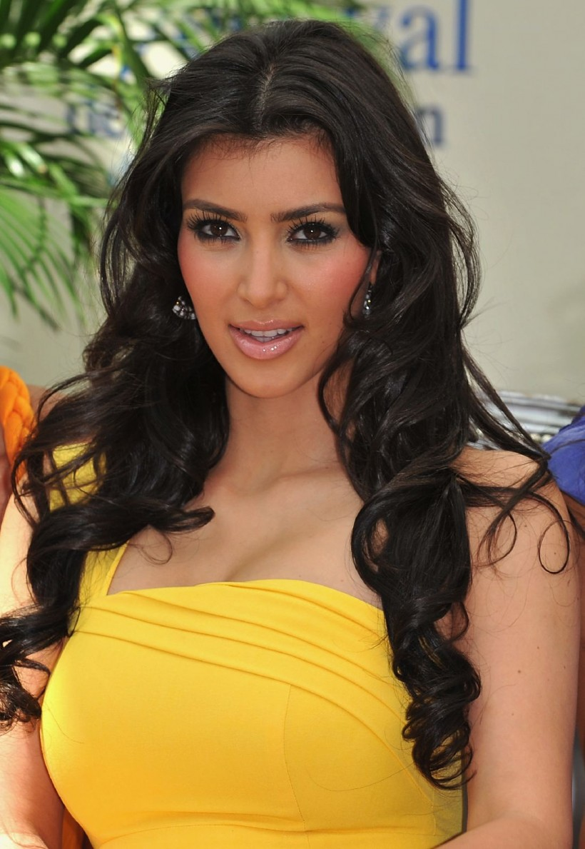 http://2.bp.blogspot.com/-DOH30cKmCzM/TbeAy68VuNI/AAAAAAAAD0A/ME_O_twPjAE/s1600/kimkardashian-yellow-dress-.jpg