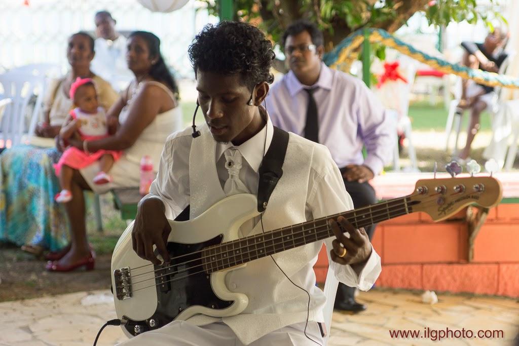 le marié chante en s'accompagnant à la basse