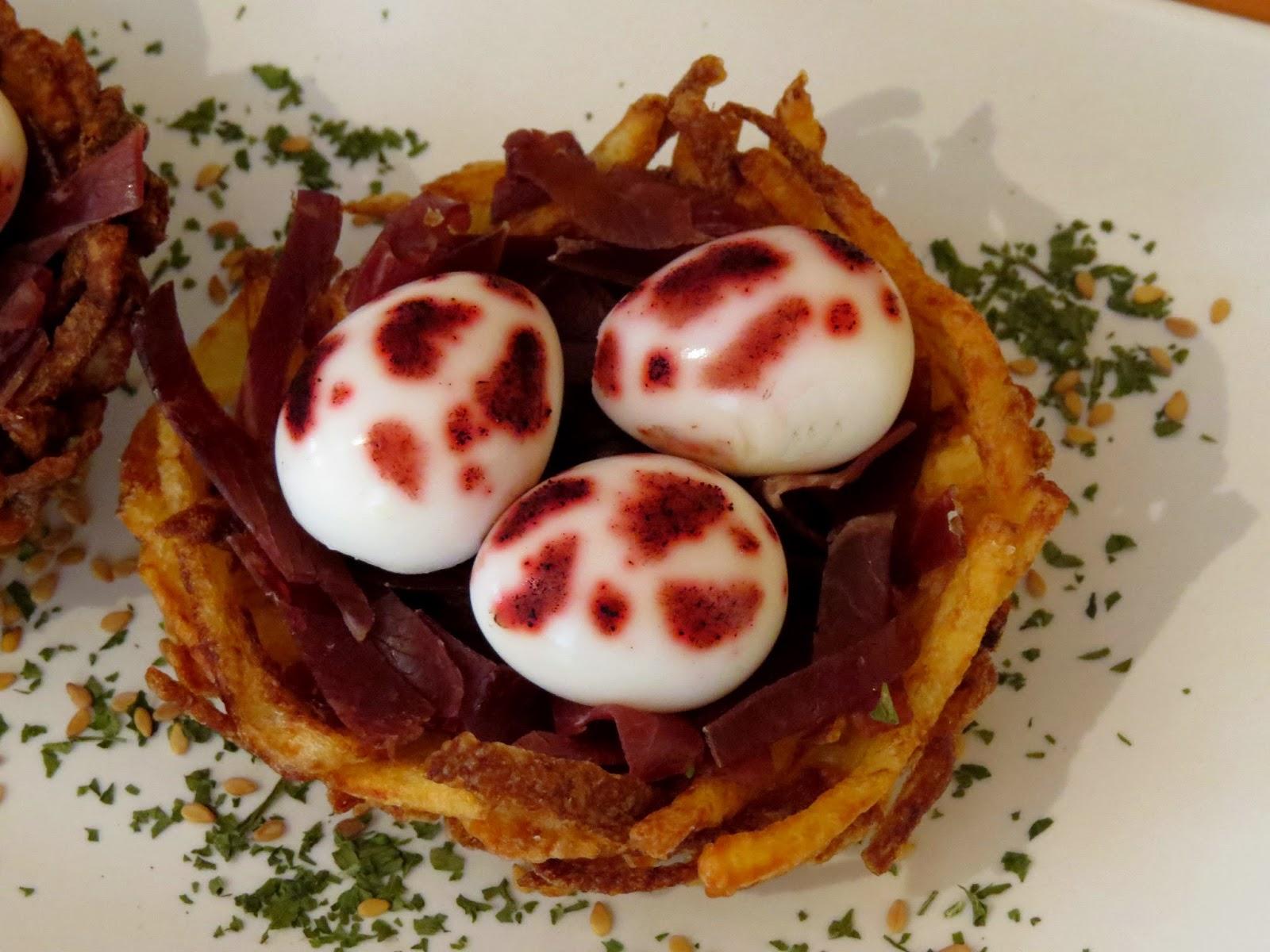Nidos de patata con huevos de codorniz