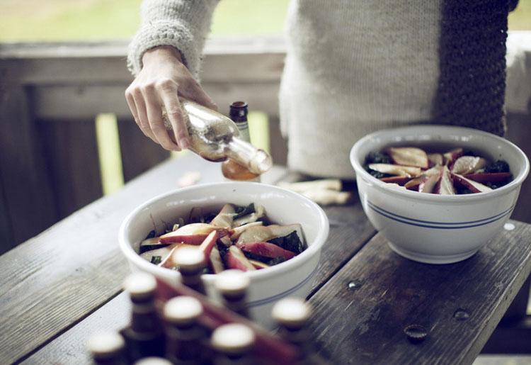un dia de campo con los amigos-preparando comida-aliñando ensalada