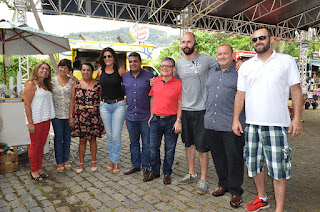 """Prefeito Márcio Catão com secretários de sua equipe de governo e o organizador, Azra Vieira: """"evento inovador e importante para o turismo da cidade"""""""