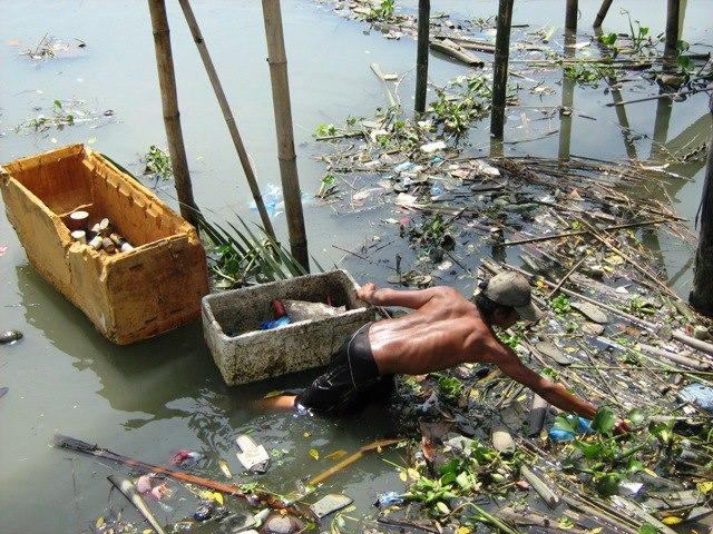 polusyon sa basura Ang polusyon sa tubig ay ang mga dumi na nangagaling sa pabrika,  isa na dito ay ang pagtapon ng mga basura sa tamang paraan, pagtitipid ng enerhiya,.