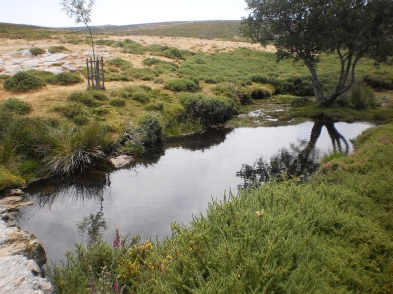 Lago de água reluzente no Portal da Anta