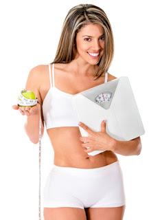 mulher segurando a balança e a maça com fita metrica. Dieta da proteína o que comer?