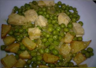 Revuelto de guisantes con tofú y patatas.