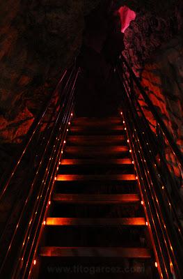 Uma das escadas metálicas que facilitam o acesso a alguns salões da gruta da Lapinha, em Minas Gerais