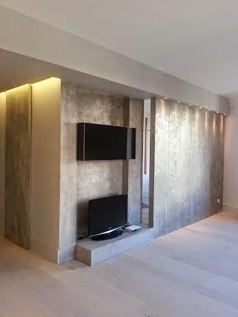 Boiserie c grigio elegante per pareti e pavimenti for Pavimenti grigi