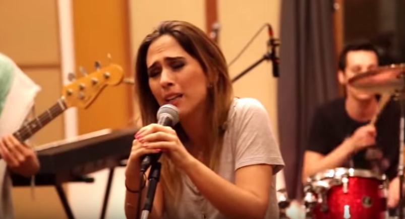 Tatá Werneck no clipe da música 'Travesti de fogo', da Banda Renatinho.