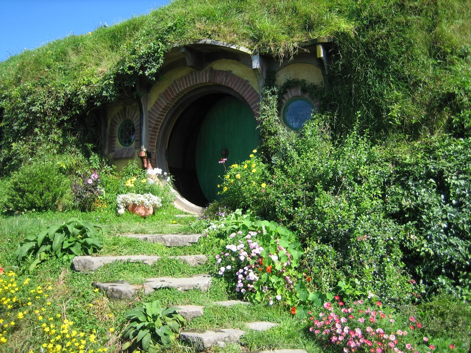 Construire sa maison de hobbit maison moderne for Construire une maison de hobbit
