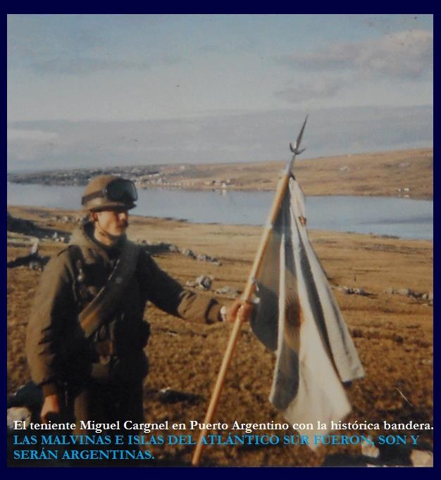 El Teniente Miguel Cargnel en Puerto Argentino con la histórica bandera.