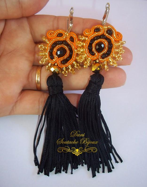 Brincos em soutache laranja e dourado com tassel preto
