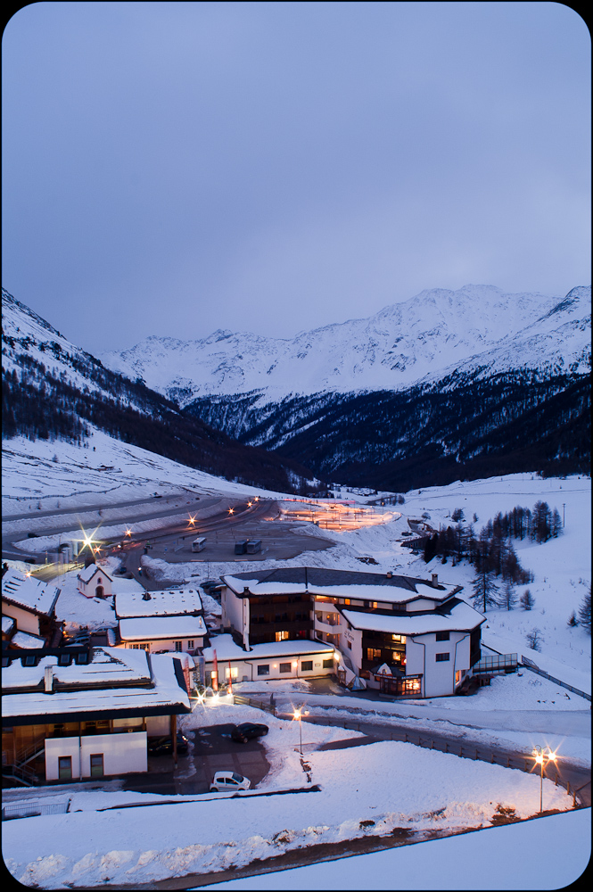 Fotografia krajobrazowa. Wieczorny krajobraz górski. Alpejskie miasteczko. fot. Łukasz Cyrus