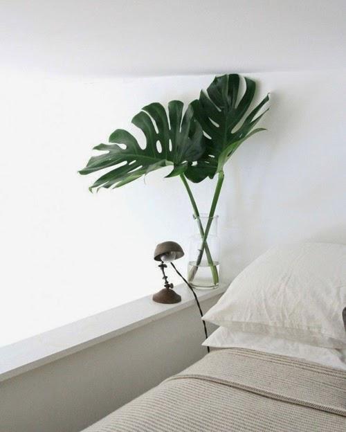 Dormitorio con hojas de monstera