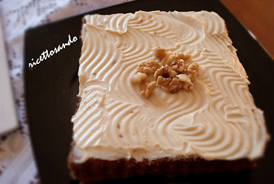 Torta di noci con crema di mascarpone modelliamo la crema sulla superficie in uno strato sottile