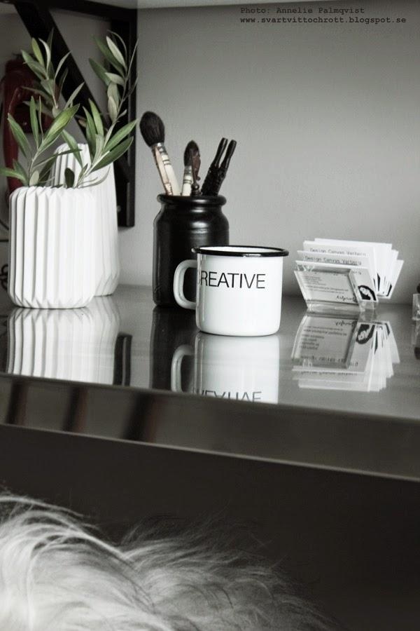 plåtmugg creative, svart och vitt, svartvit, svartvita, ställ för visitkort, fårskinn, skrivbord, hemmakontor, workarea