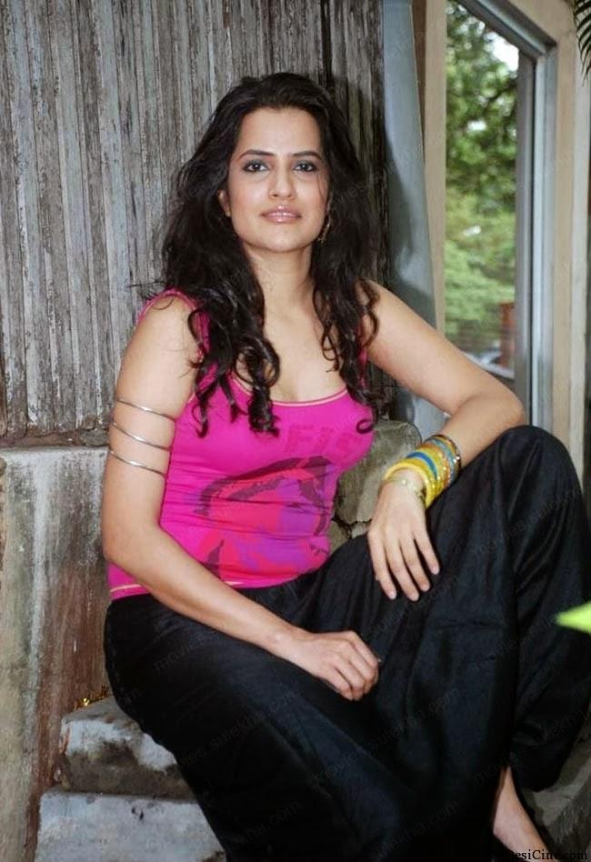 20+Hot+Female+Singers+Of+Bollywood005